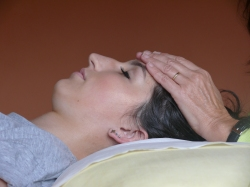 reiki treatment, 1st hand position